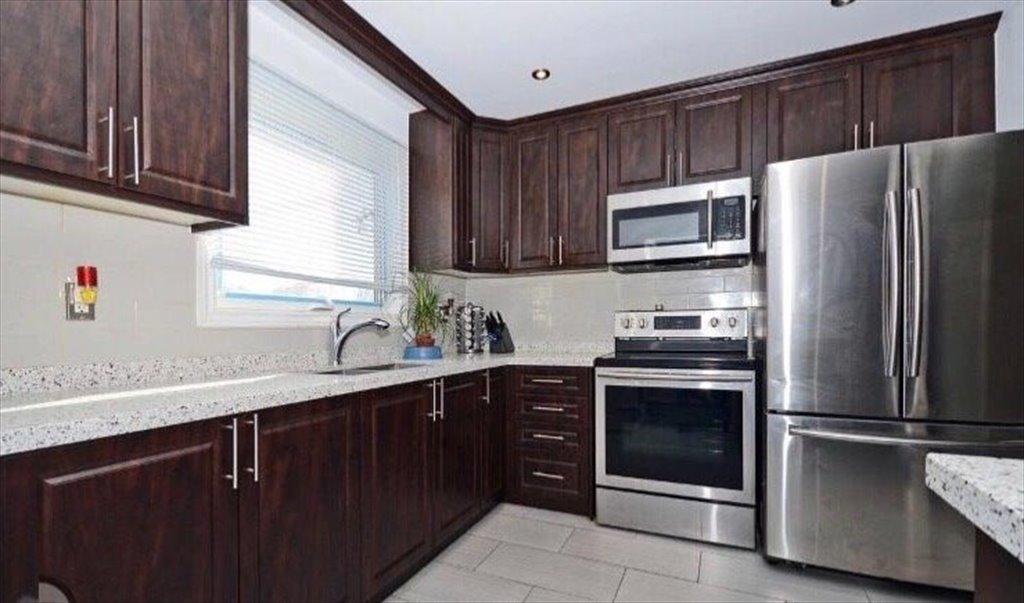 Room for rent in Kipling Avenue, Etobicoke - Room for rent - $700