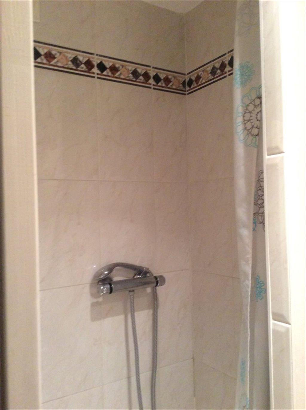 Colocation à Rue de la Part-Dieu, Lyon - Chambre et salle de bains ...