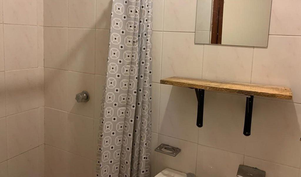 Cuarto de servicio muy pequeño con baño completo propio ...